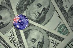 чеканьте с знаком доллара с национальным флагом Австралии на предпосылке банкнот денег доллара Стоковое Изображение RF