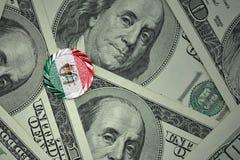 чеканьте с знаком доллара с национальным флагом Мексики на предпосылке банкнот денег доллара Стоковые Фотографии RF