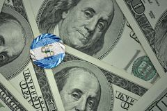 чеканьте с знаком доллара с национальным флагом Никарагуы на предпосылке банкнот денег доллара Стоковые Изображения