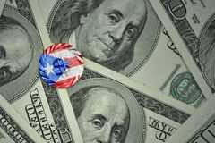 чеканьте с знаком доллара с национальным флагом Пуэрто-Рико на предпосылке банкнот денег доллара Стоковые Фотографии RF