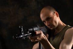 человек автомата Калашниковаа пушки Стоковая Фотография
