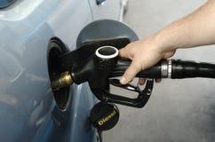 человек автомобиля тепловозный заправляя топливом Стоковое фото RF