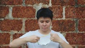 Человек Азии молодой носит маску N95 для для защиты плохого загрязнения PM2 пыль 5 сток-видео