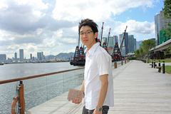 Человек Азии ослабляет в парке Стоковые Изображения RF