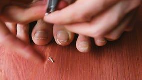 Человек аккуратно режет его конец-вверх toenails Человек делает pedicure дома на поле акции видеоматериалы