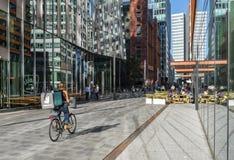 Человек Амстердам Zuidas велосипеда Deliveroo Стоковое фото RF