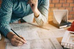 Человек архитектора смотря светокопию на столе с стрессом о proble Стоковая Фотография
