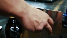 Человек бармена принимает бутылку питья в ультрамодном баре акции видеоматериалы