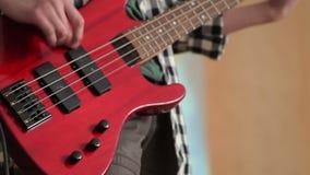 человек басовой гитары играя детенышей сток-видео