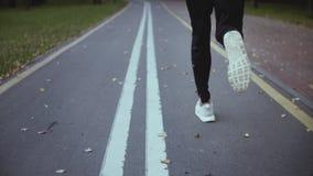 Человек бежать быстро на дороге парка В реальном времени съемка задний взгляд Свобода и энергия Камера следовать разработкой спор сток-видео
