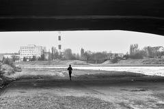 Человек бежать вдоль реки Стоковые Фотографии RF