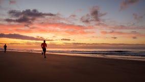 Человек бежит на пляже Стоковое Изображение