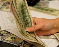 Человек бизнесмен который имеет деньги в его руках, долларе США, вкладе, успехе и выгодских концепциях дела Справочная информация стоковая фотография rf