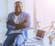 Человек бороды молодой Афро-американский сидя на таблице стоковое изображение rf
