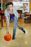 человек боулинга шарика бросает детенышей Стоковые Изображения RF
