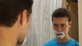 Человек брея с пеной сток-видео