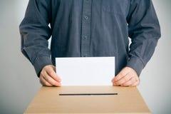Человек бросая его голосование стоковое изображение rf