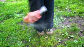 Человек брызгает его ноги с репеллентом против тиканий и москитов сток-видео
