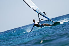 человек брызгает занимаясь серфингом детенышей ветра воды стоковое изображение rf