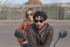 Человек брюнета с коричневой кожаной курткой на мотоцикле стоковая фотография rf