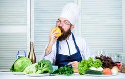 Человек варя здоровый овощ перца рецепта Варить как хобби и профессиональное занятие Красочное кулинарное vegetarian стоковое фото rf