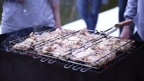 Человек варя мясо на гриле барбекю акции видеоматериалы