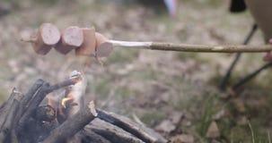 Человек варя шатер еды близко располагаясь лагерем Грея деталь горячей сосиски Соедините людей в отключении осени влюбленности вн сток-видео