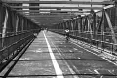 Человек велосипеда в тоннеле стоковые фотографии rf