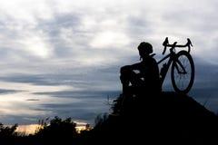 Человек велосипеда силуэта задействуя на холме Ослабьте и резвитесь conc стоковые изображения