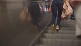 Человек взбирается эскалатор акции видеоматериалы