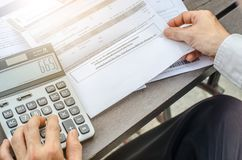 Человек взгляд сверху используя калькулятор и думающ о цене с payi стоковая фотография rf