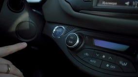 Человек включает компьютер отключения в автомобиле сток-видео