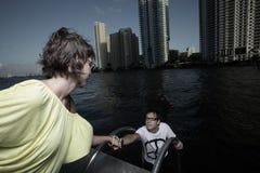человек вне вытягивая женщину воды стоковое изображение rf