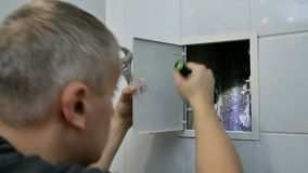 Человек водопроводчика проверяя трубопровод дома сток-видео