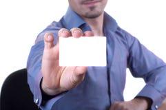 Человек вручая пустую визитную карточку Стоковые Изображения