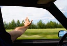 Человек вставил его руку вне окно автомобиля Стоковое Фото