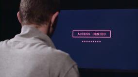 Человек входит в пароль к имени пользователя задний взгляд видеоматериал