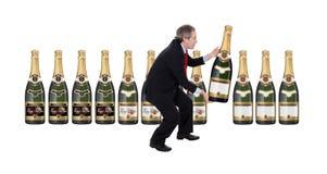 Человек выбирая бутылку шампанского стоковая фотография