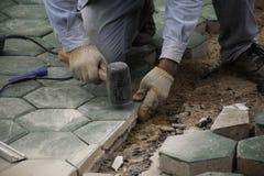 Человек вымощая зеленый бетон стоковая фотография rf