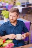 Человек выпивает кофе в кафе на улице Стоковая Фотография RF
