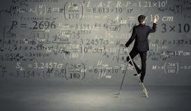 Человек высчитывая от лестницы Стоковые Изображения RF