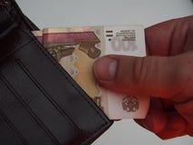 Человек вытягивает вне счет портмона 100 рублей Стоковое фото RF