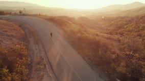 Человек в бегах костюма на дороге видеоматериал