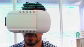 Человек в виртуальных изумленных взглядах акции видеоматериалы