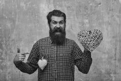 Человек в влюбленности Бородатый счастливый человек с 2 сердцами Стоковая Фотография