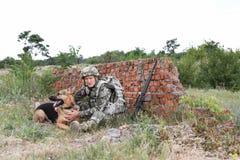 Человек в военной форме с собакой немецкой овчарки Стоковые Фотографии RF