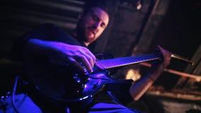 Человек в гитаре игр рок-группы на этапе Взгляд снизу акции видеоматериалы