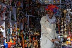 Человек в его магазине ремесленничества в Pushkar, Раджастхане Стоковая Фотография RF