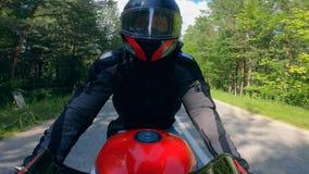 Человек в ездах шлема мотоцикл, управляя быстро сток-видео