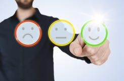 Человек в интерфейсе с кнопками smiley оценки, концепции голубой рубашки касающем просвечивающем обратной связи с клиентом стоковые фотографии rf